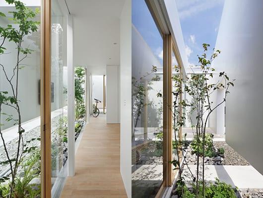 Gartengestaltung entlang des hauses- modernes haus mit schiebbaren Fenstertüren mit Holzfensterrahmen