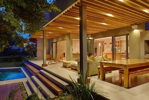 terrasse mit Holzlattenüberdachung auf Metallstützen- massivholz Esstisch mit Holzbänken