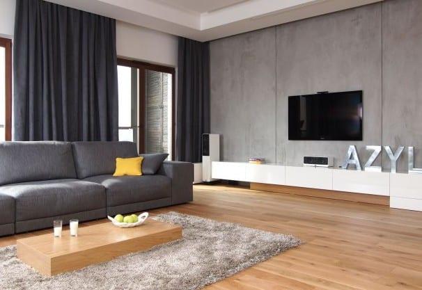 sofa grau- holz couchtisch- parkettboden- weiße schränke