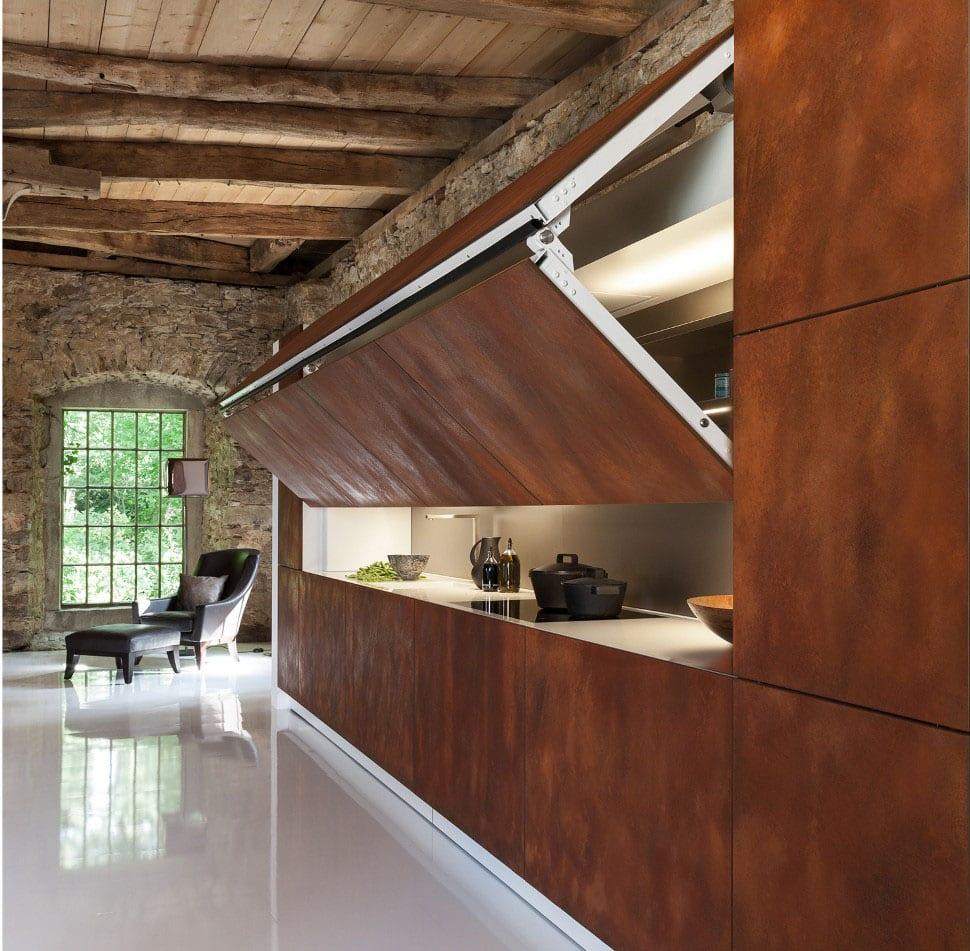 moderne Loft einrichtung mit Natursteinwand und Holzdecke- Klappbare Metallwand