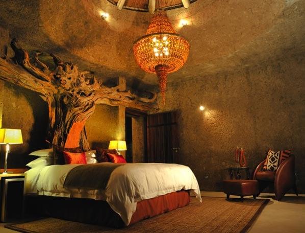 modernes Schlafzimmer Gestaltung mit ledersessel und afrikanischem teppich- schlafzimmer deckenleuchte