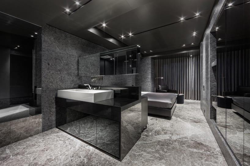 modernes Schlafzimmer mit waschtisch und freistehendem spiigel- schwarzer kleiderschrank- deckenbeleuchtung