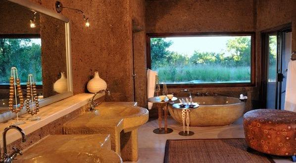luxus badezimmer mit freisteheneder badewanne aus stein freshouse. Black Bedroom Furniture Sets. Home Design Ideas