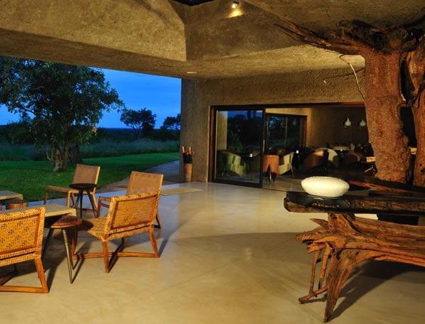 überdachte Terrasse mit naturstein boden- zugang zum Aufenthaltsraum durch großformatige Schiebetüren