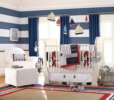 teppich mit blauem Rand und weißen und roten rechteckigen Rahmen