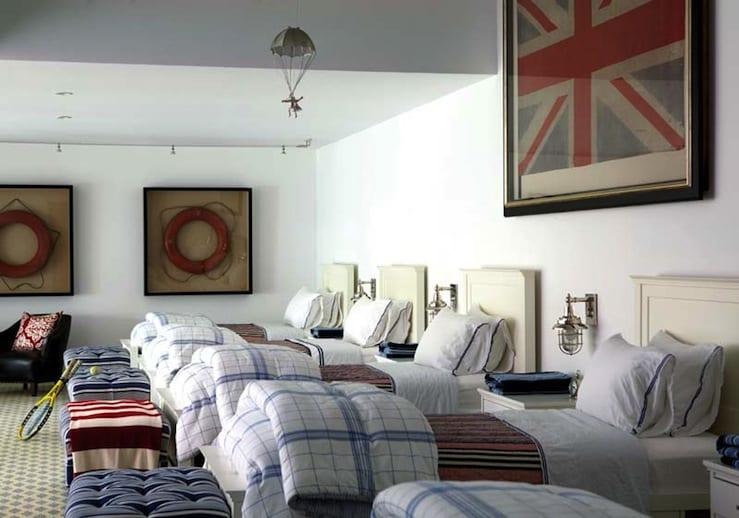 schlafzimmer gestalten mit karierter Bettwäsche in weiß und blau