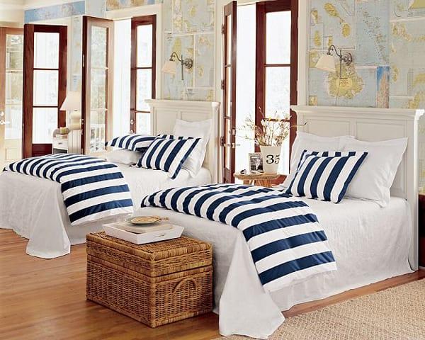 schlafzimmer gestalten mit holzboden und weißen betten mit kopfbrett-bettwäsche mit weißen und blauen streifen- Fenstertüren mit Holzrahmen