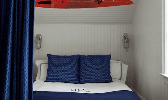 Maritimes schlafzimmer mit holzbett und wei blaue bettw sche freshouse - Maritimes schlafzimmer ...