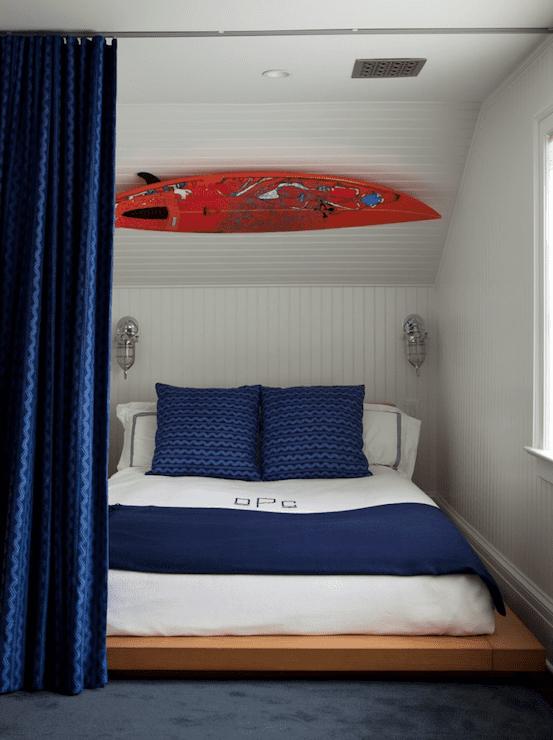 schlafzimmer gestalten- gardinen blau- wandgestaltung mit Surfbrett