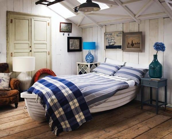 schlafzimmer mit weißen Holzwänden und boden aus holzbrettern-nachttische aus holz in blau und weiß