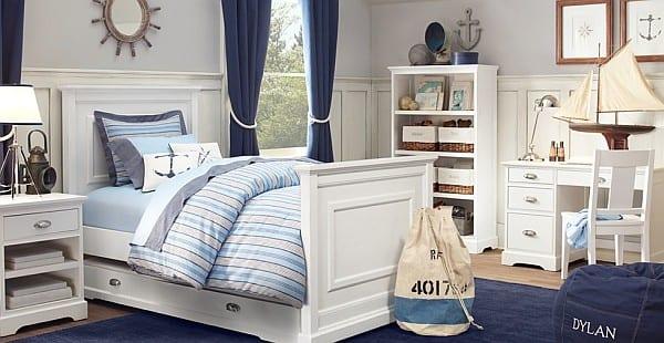 schlafzimmer in weiß mit blauem teppich- weißes Holzbett mit Kopfbrett und Schublade- wandgestaltung mit weißer Holzverkleidung