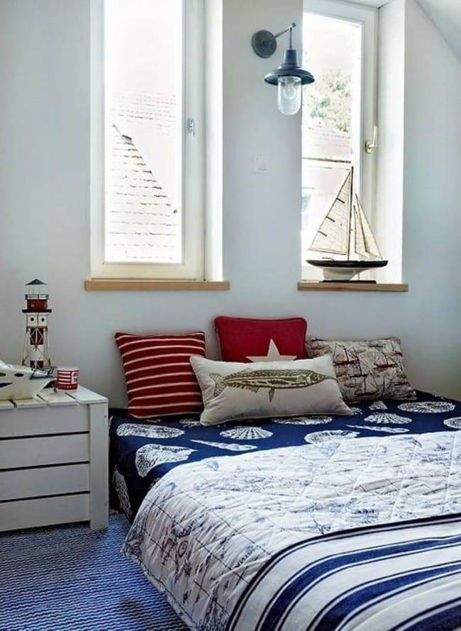 blaue bettwäsche mit Muscheln Motiv kombiniert mit roten Kissen
