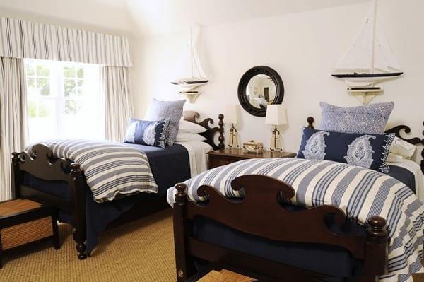 schlafzimmer mit rustikalen Holzbetten und maritimer Bettwäsche