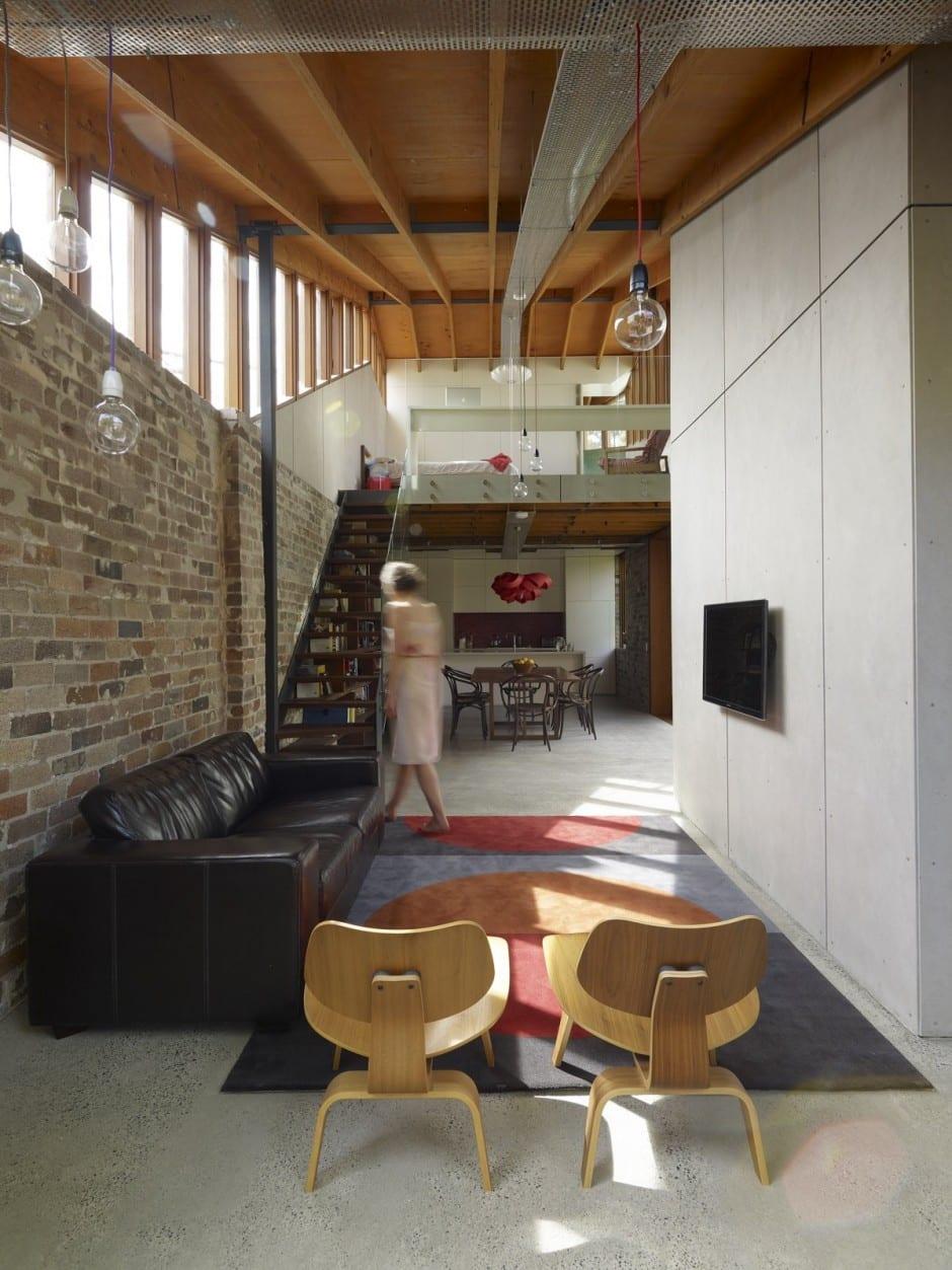 moderne Wohnraum gestaltung mit Holz Dachkonstruktion und Ziegelmauerwerk