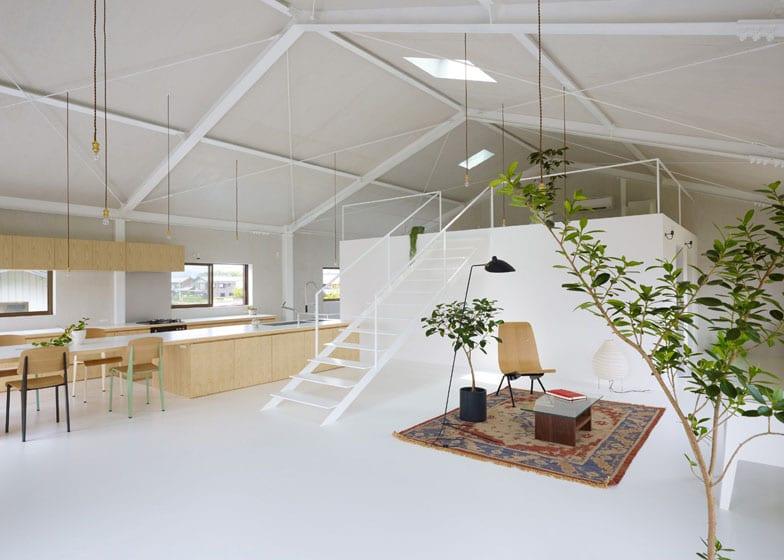 loft wohnung-offene küche aus holz-pendelleuchten-minimalistische gestaltung