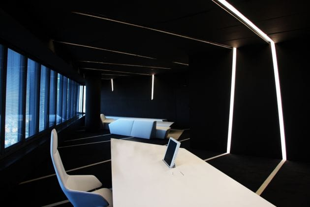 schwarze raumgestaltung mit schwarzem teppich und schwarze wände