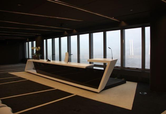 Teppich schwarz weiß - minimalistisches Möbeldesign aus Acrylglas- Inneneinrichtung ideen