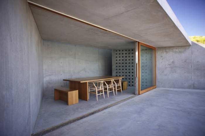 Holztisch mit Holzstühlen und Holzbänken-MOP Architekten Projekt weinkeller und Aussichtsplattforn