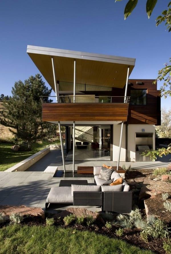 modernes Haus mit überdachter Terrasse-Gartengestaltung mit Gartenmöbeln und Wasser