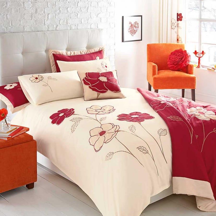 Schlafzimmer gestaltung - Orange Polstermöbel- weißes Doppelbett mit Rückenlehne- weiße Ziegelmauerwerk