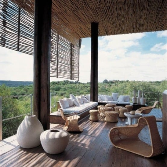 terrassegestaltung mit sitzecke aus weißen Sitzkissen und hölzernen Gartenmöbeln-gestaltung mit vasen- terrasse mit holzboden