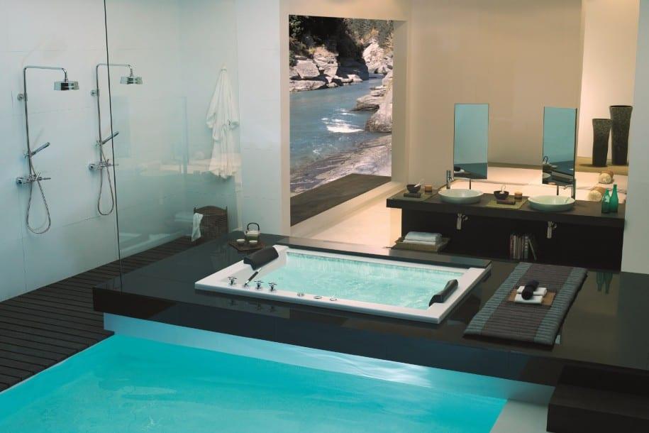 badezimmer luxus - Einrichtungbadezimmer mit zwei Duschen und poolß schwarzer wandtisch mit doppel waschbecken