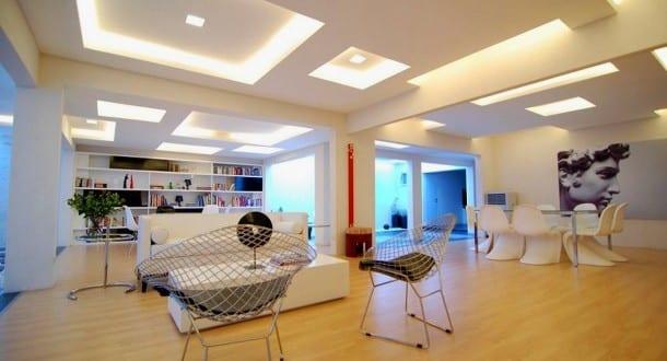 moderne Deckengestaltung mit quadratischen Beleuchtungsflächen ...