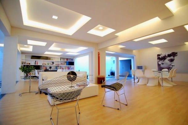 wohnzimmer modern gestalten mit holzboden und weißen wänden- weiße Wandbücherregale- sofa weiß
