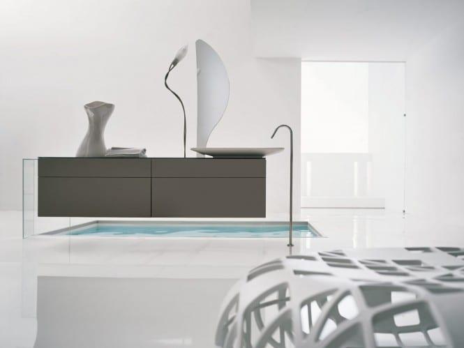 Badezimmer mit grauen Badezimmermöbel- freistehende Waschtisch mit Badezimmerspiegel  und leuchte