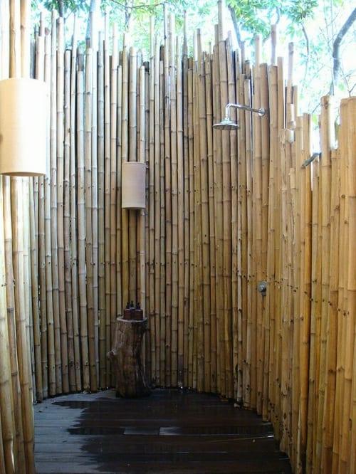 dusche außenbereich mit runder bambuswand