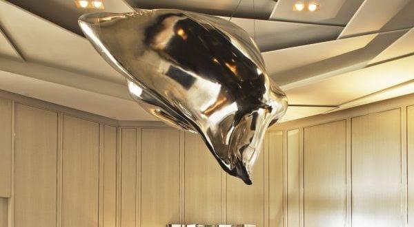 moderne deckengestaltung in grau mit hängende skulptur aus metall ...