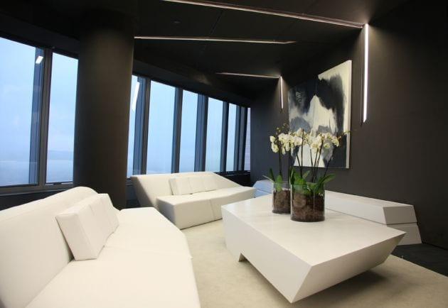 Tischdeko idee mit Blumen- weiße Sofas mit weißem Couchtisch- teppich weiß