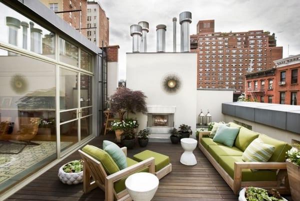 terrasse gestalten mit holzboden und Terrassenmöbeln aus Holz mit grünen Polsterkissen