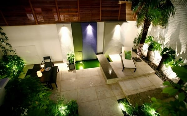 terrasse mit Garten und weißen großformatigen Natursteinplatten