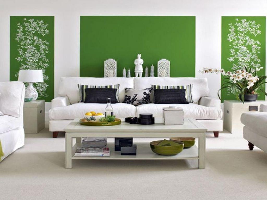 Wohnzimmer gestalten in weiß mit grüner Wandgestaltung- textilbodenbelag weiß- Seats and Sofas weiß - weißer Couchtisch