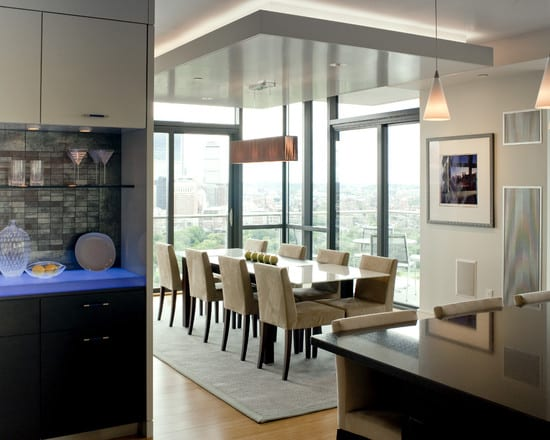 moderne küche einrichten- esszimmer mit weißer abgehängter decke- moderner esstisch mit polsterstühlen