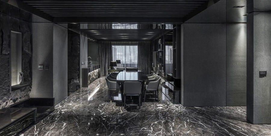 schwarzer naturstein boden- esstisch mit esszimmerstühlen in schwarz-open space Wohnfläche