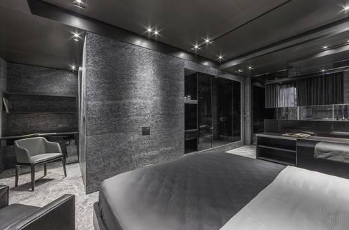 moderne Innenraumeinrichtung- eingebauter Kleiderschrank mit Spiegeltüten