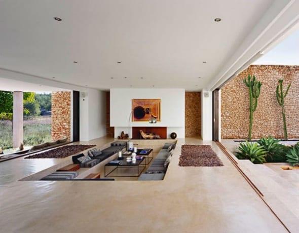 minimalistische wohnraum gestaltung-großformatige fenster-vitrine- kamin im wohnraum