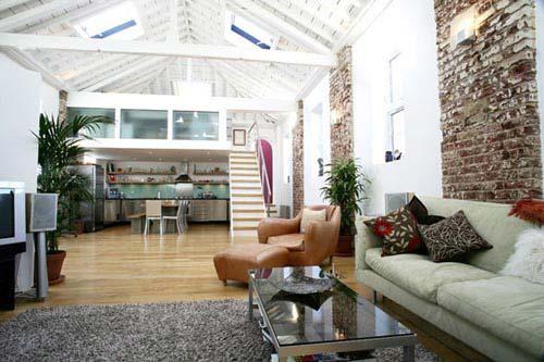 moderne wohnraumgestaltung-sichtbare weiße Dachkonstruktion-ziegelmauer