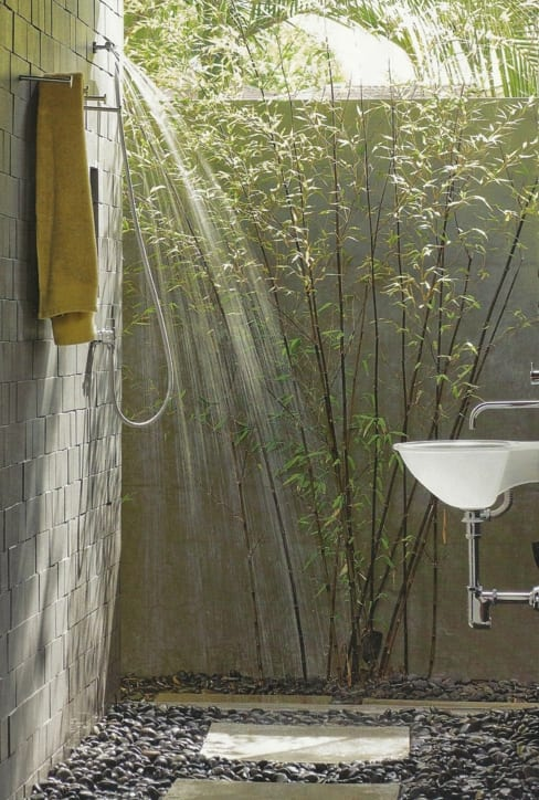 dusche im außenbereich mit kiesboden und waschbecken