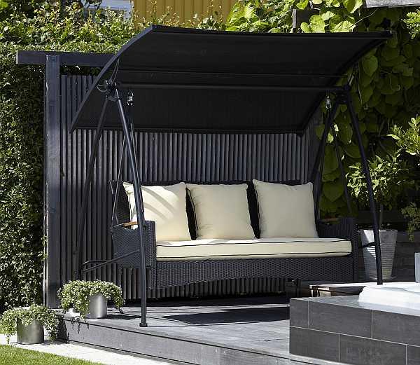 terrasse mit schwarzem boden und schwarzer Schaukel mit Sonnenschirm