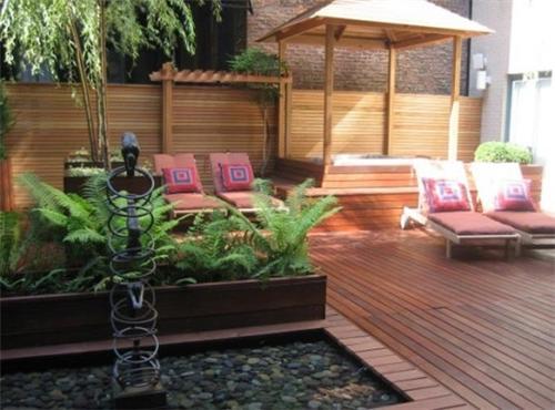 terrasse mit holzboden und holzgartenzaun