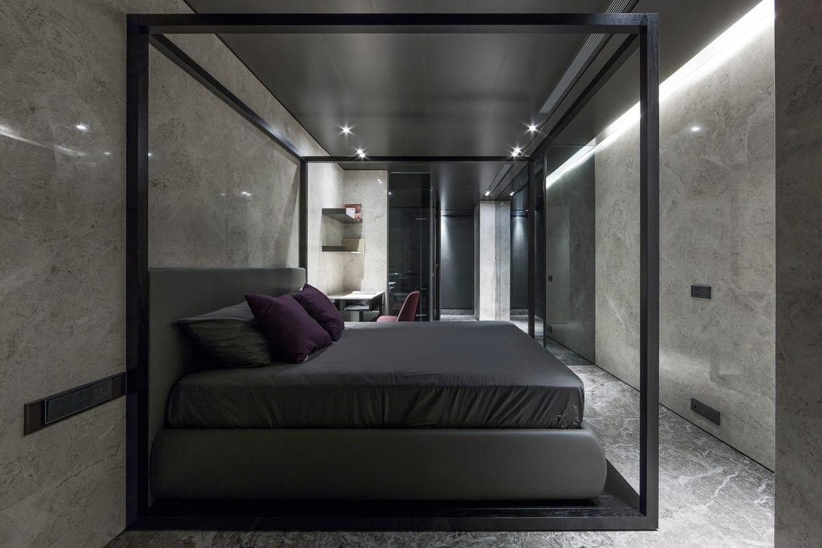 natursteinwände im schlafzimmer- doppelbett in schwarzen qubusrahmen-betwäsche grau- Wandregale aus naturstein