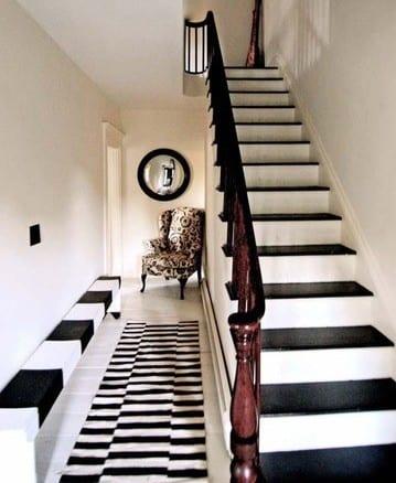 Flur gestaltung mit sitzbank und teppichläufer in schwarz-weiß