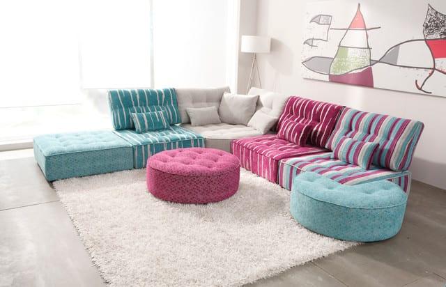 Sofa blau-sofa violett- Wohnzimmer gestaltung mit weißem teppich und Ecksofa