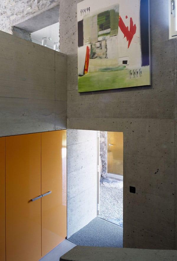 Eingangsbereich mit sichtbetonwänden- gelbe tür- betonwand gestaltung