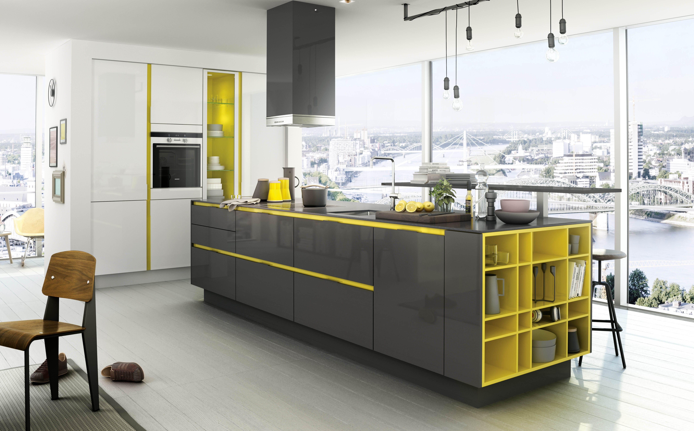 einbauküche in weiß mit kochinsel in grau und gelb
