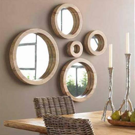 wandfarbe taupe- runde wandspiegel mit runden Holzrahmen- tisch deko idee mit silbernen Kerzenhaltern