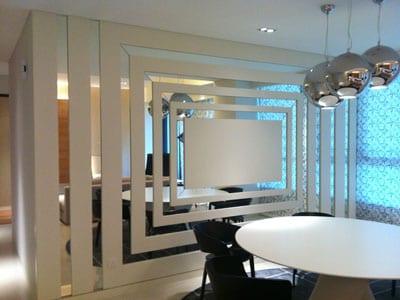 wohnzimmer einrichten- rundesstisch weiß mit schwarzen esszimmerstühlen- silberkugeln pendelleuchten